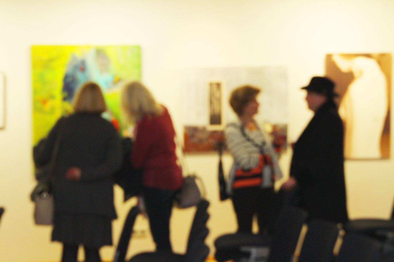 Kulturzentrum-Saalbau-Galerie-Besucher